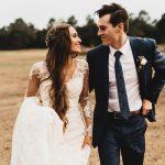 Bruidspaar op een veld