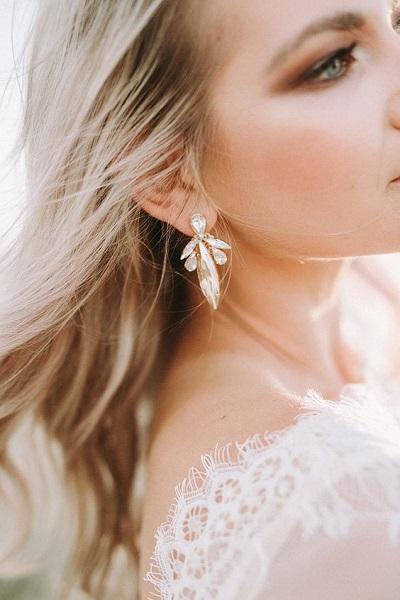 Bruid met opvallende oorbellen