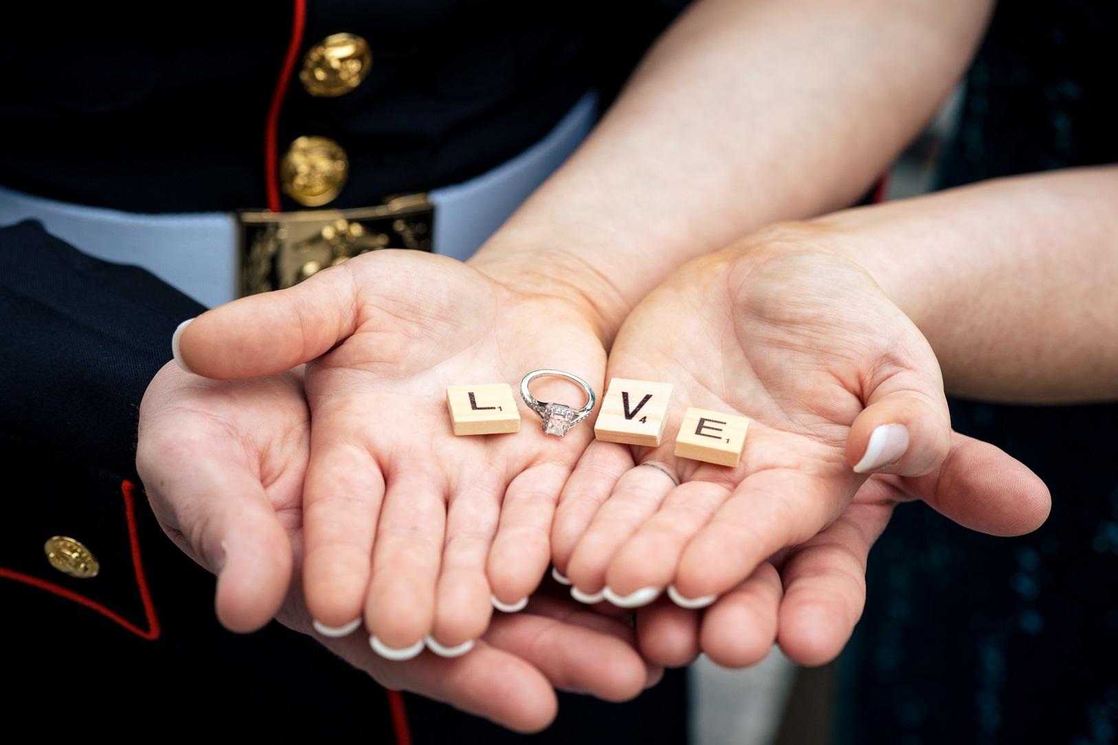 Bruidspaar met Scrabble letters in hun handen