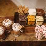Chocolademelk bar met verschillende toppers