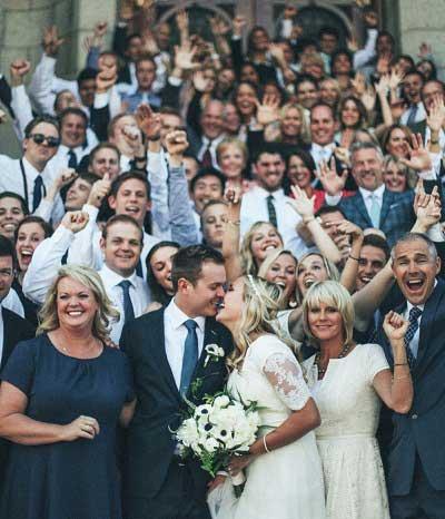 Foto van bruidspaar met gasten