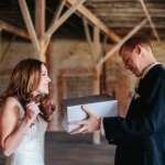 Bruidspaar pakt huwelijkscadeaus uit