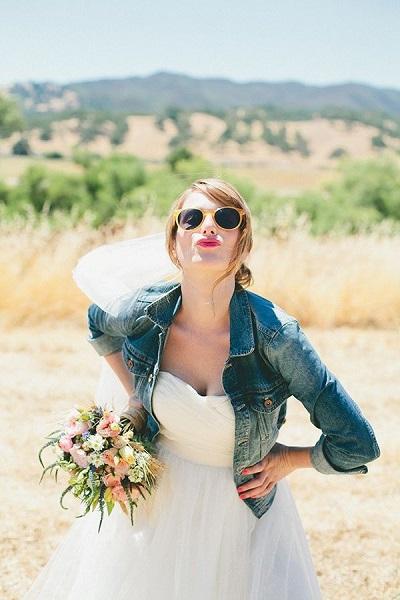 Bruid met zonnebril en spijkerjasje
