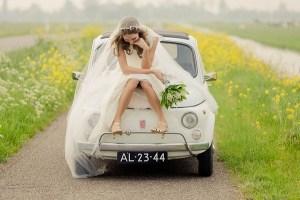 Bruid op de trouwauto