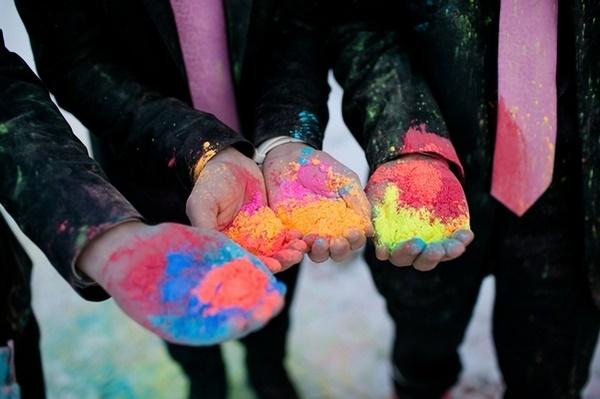 Mannen met holi powder in handen