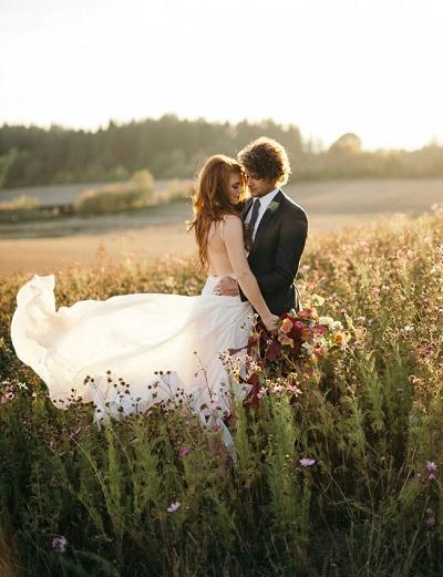 Bruidspaar in het veld
