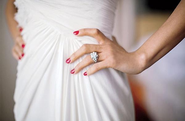Bruid met rode bruidsnagels