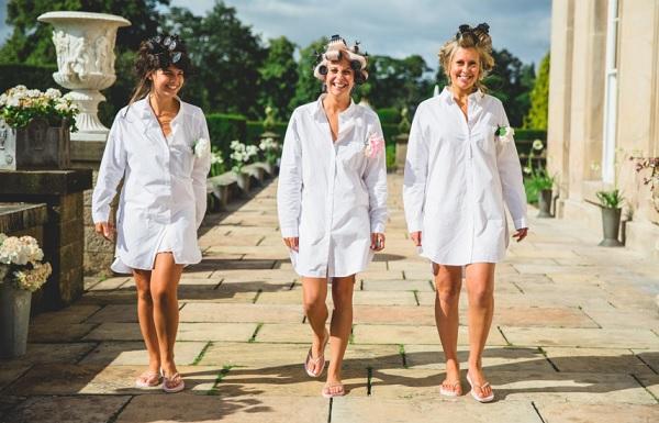 Ochtend van de bruiloft bruid met vriendinnen