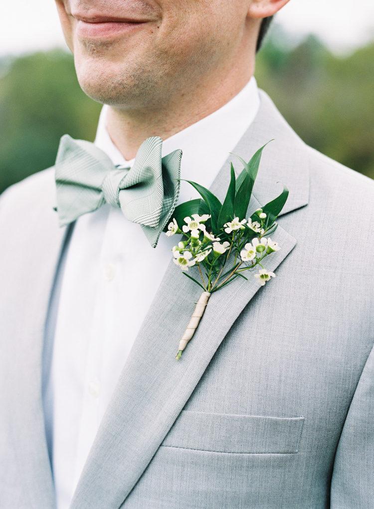 Bruidegom met grijs trouwpak