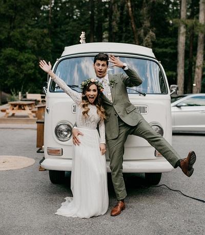 Bruidspaar voor volkswagenbusje