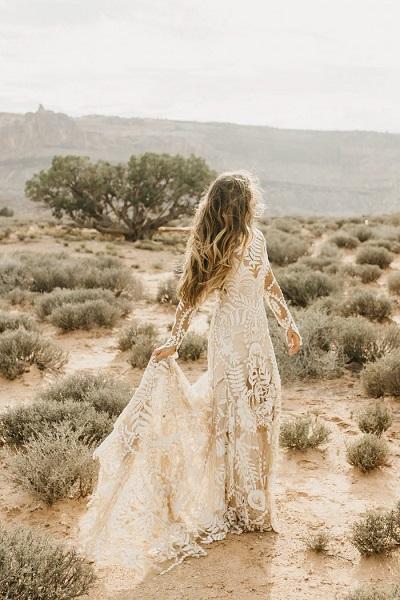 Bruid met bohemian trouwjurk