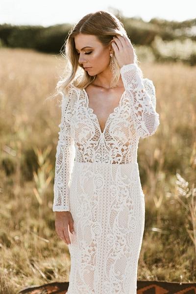 Bruid met bohemian trouwjurk met lange mouwen