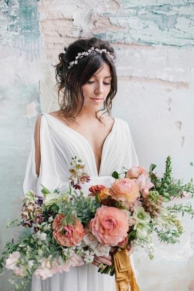 Bohemian bruid met bruidsboeket