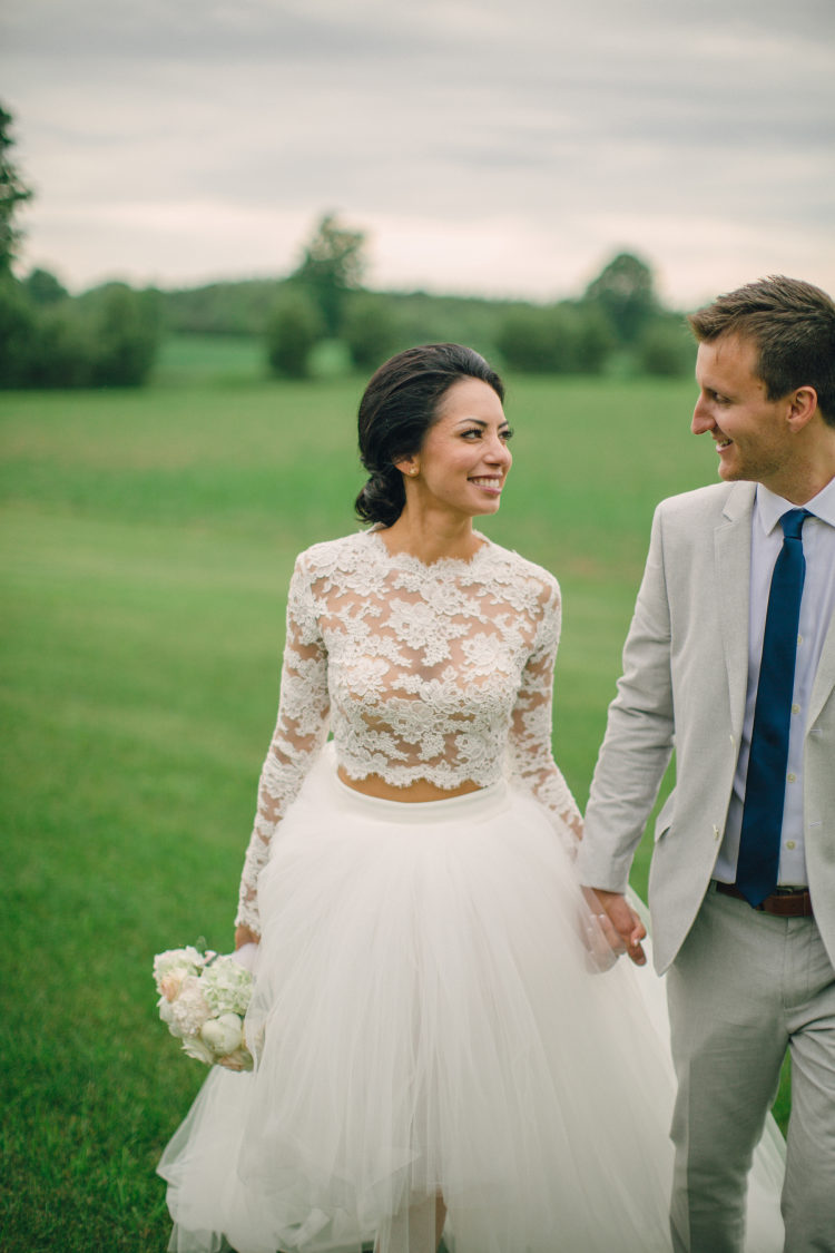 Bruid met crop top trouwjurk lange mouwen