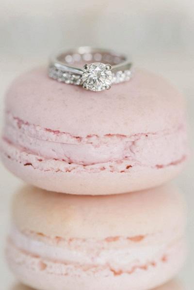 Verlovingsring op macaron