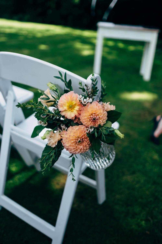 Stoelversiering bruiloft met bloemen