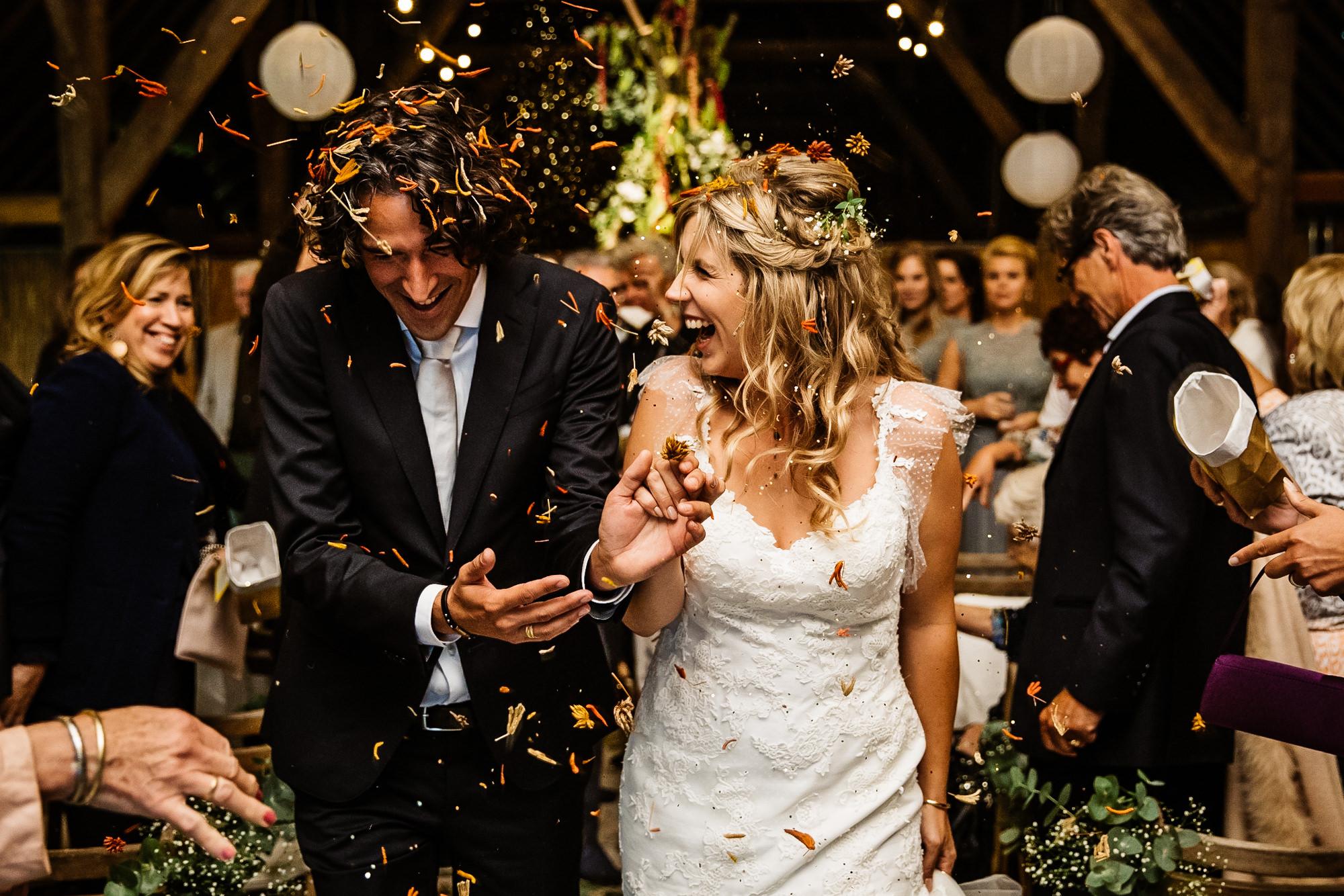 Bruidspaar met confetti