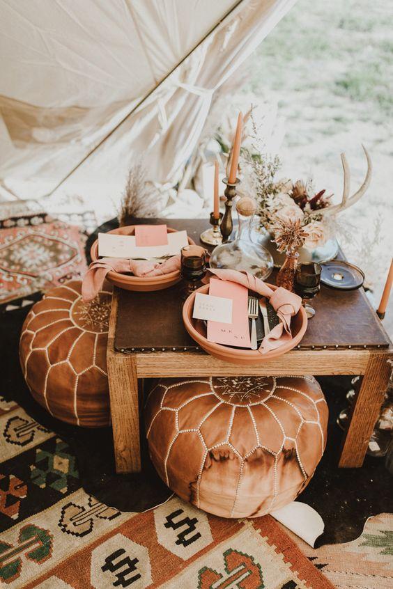 Glamping bruiloft tent met kussens