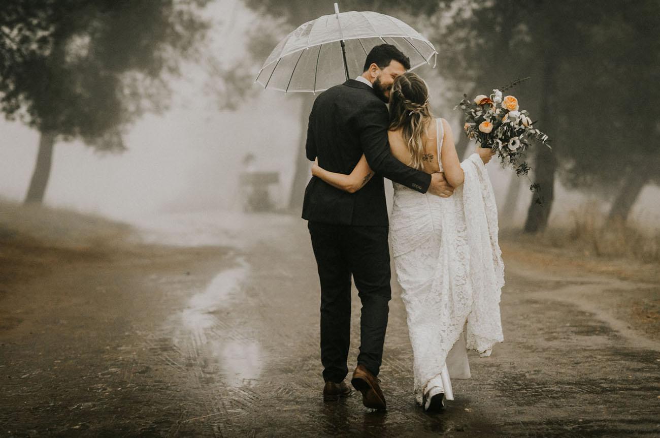 Voorbereiding op de bruiloft met een paraplu