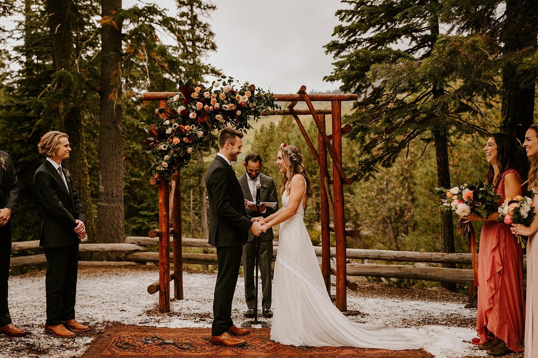 Bruidspaar en hun BABS tijdens de ceremonie