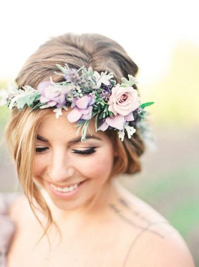 Bruid met bloemenkrans in pastelkleuren