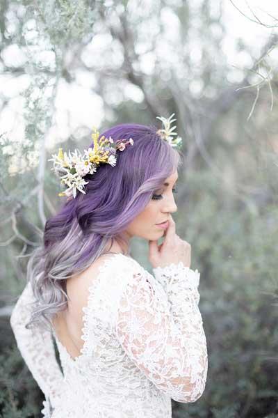 Bruid met paars gekleurde haren