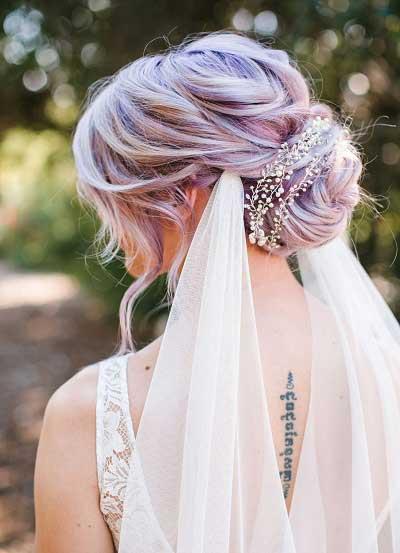 Bruid met lila gekleurde haren