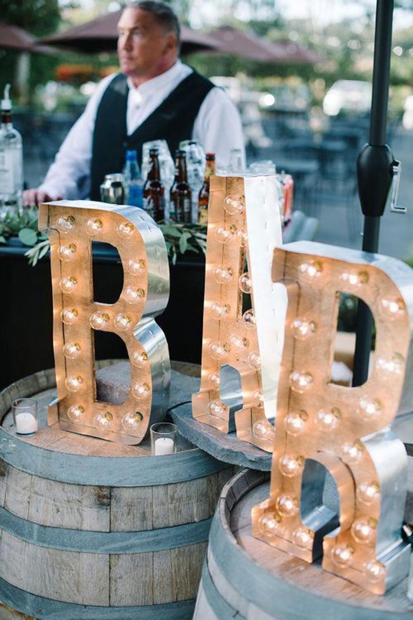 Grote letters met licht bij de bar