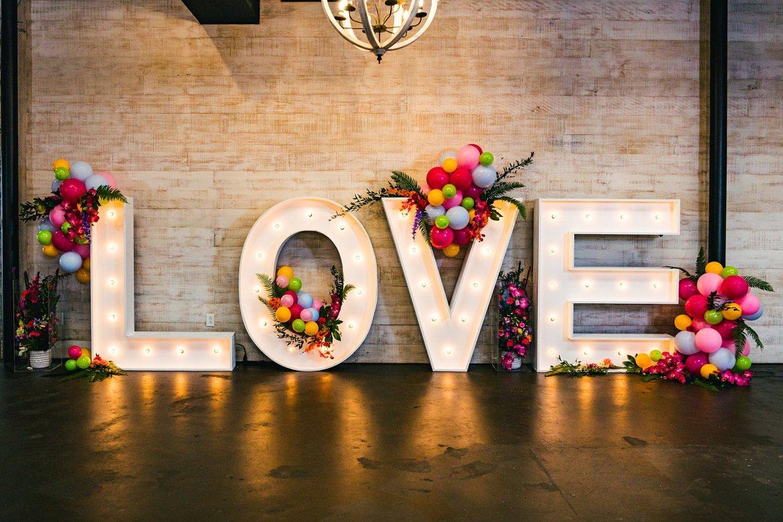 Grote letters met licht in tekst LOVE
