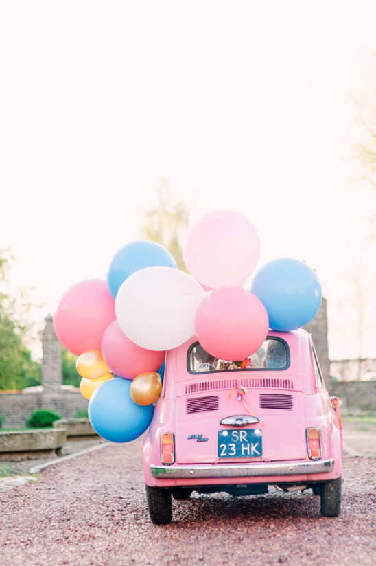 Kleine roze trouwauto met decoratie
