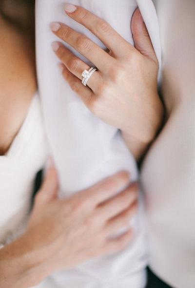 Trouwring aan de hand van de bruid