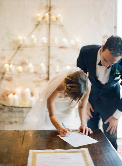 Ondertekenen huwelijksakte met pen