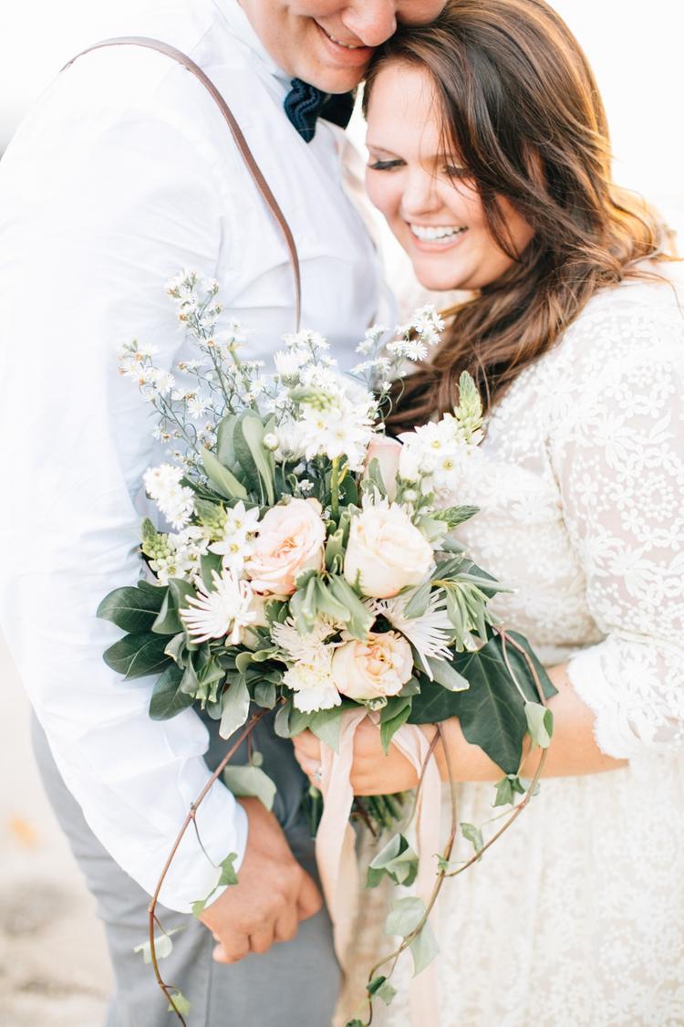 Plus size bruid met bruidsboeket