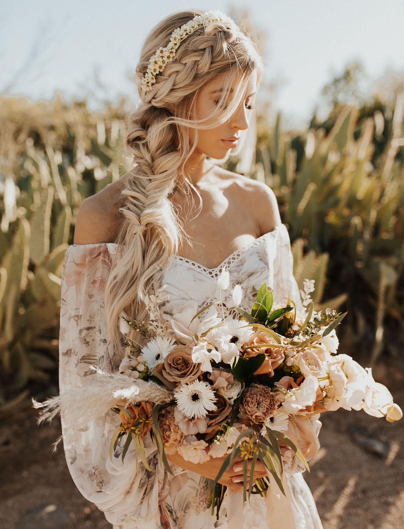 Bohemian bruid met bloemen