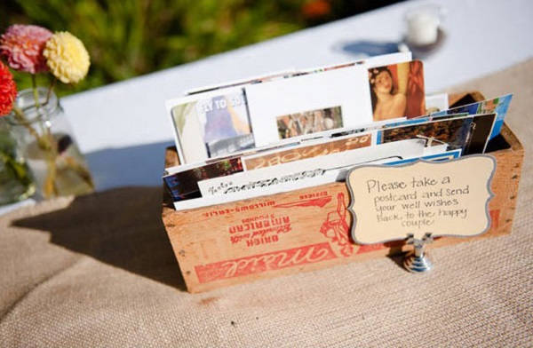 Ceremoniemeester stuurt kaartjes naar bruidspaar