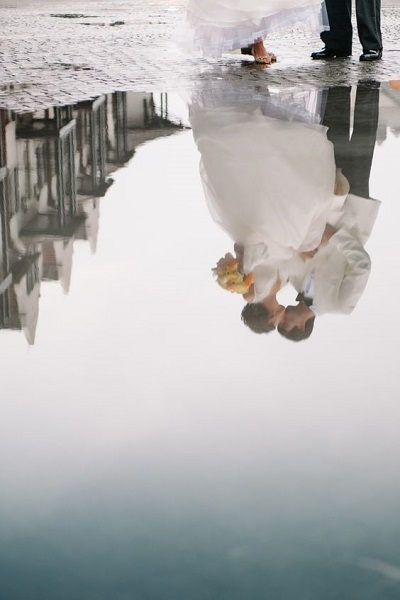 Trouwfoto met reflectie via plas