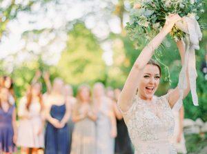 Bruidsboeket gooien door de bruid