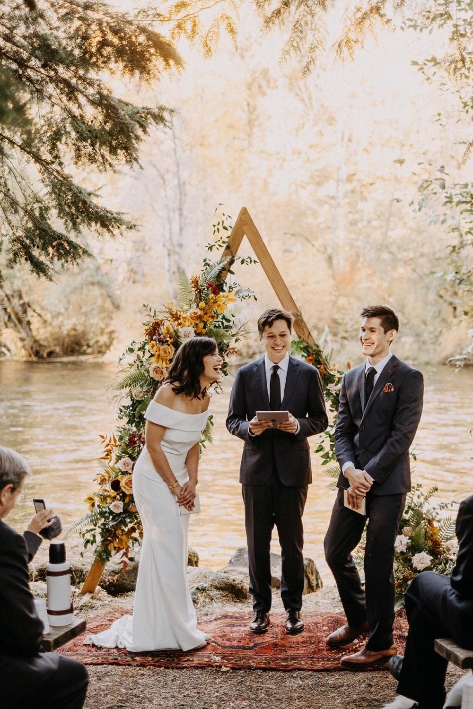 Kleine bruiloft aan het water