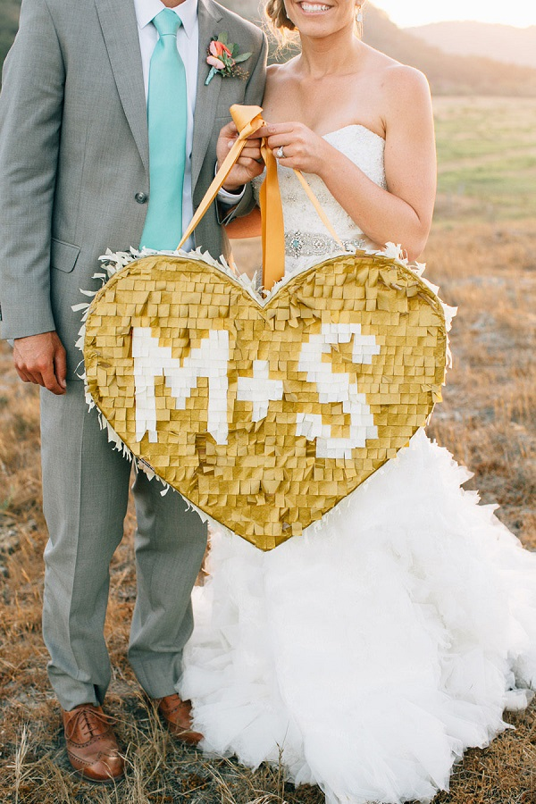 Bruidspaar met gouden piñata