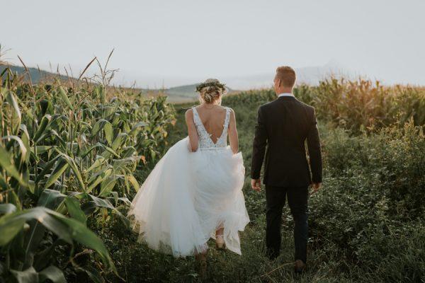 Bruidspaar tussen het graan