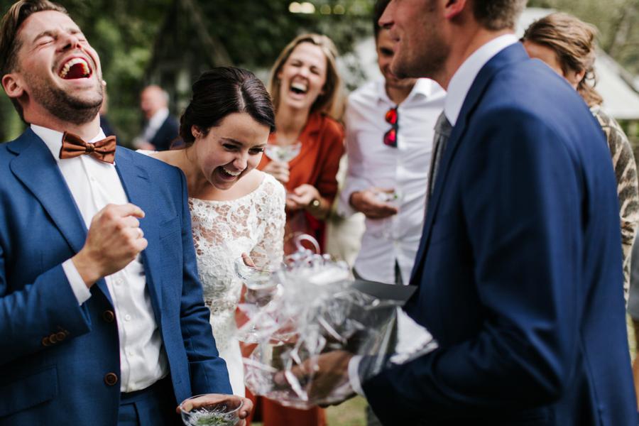Bruidspaar lachend om huwelijkscadeau