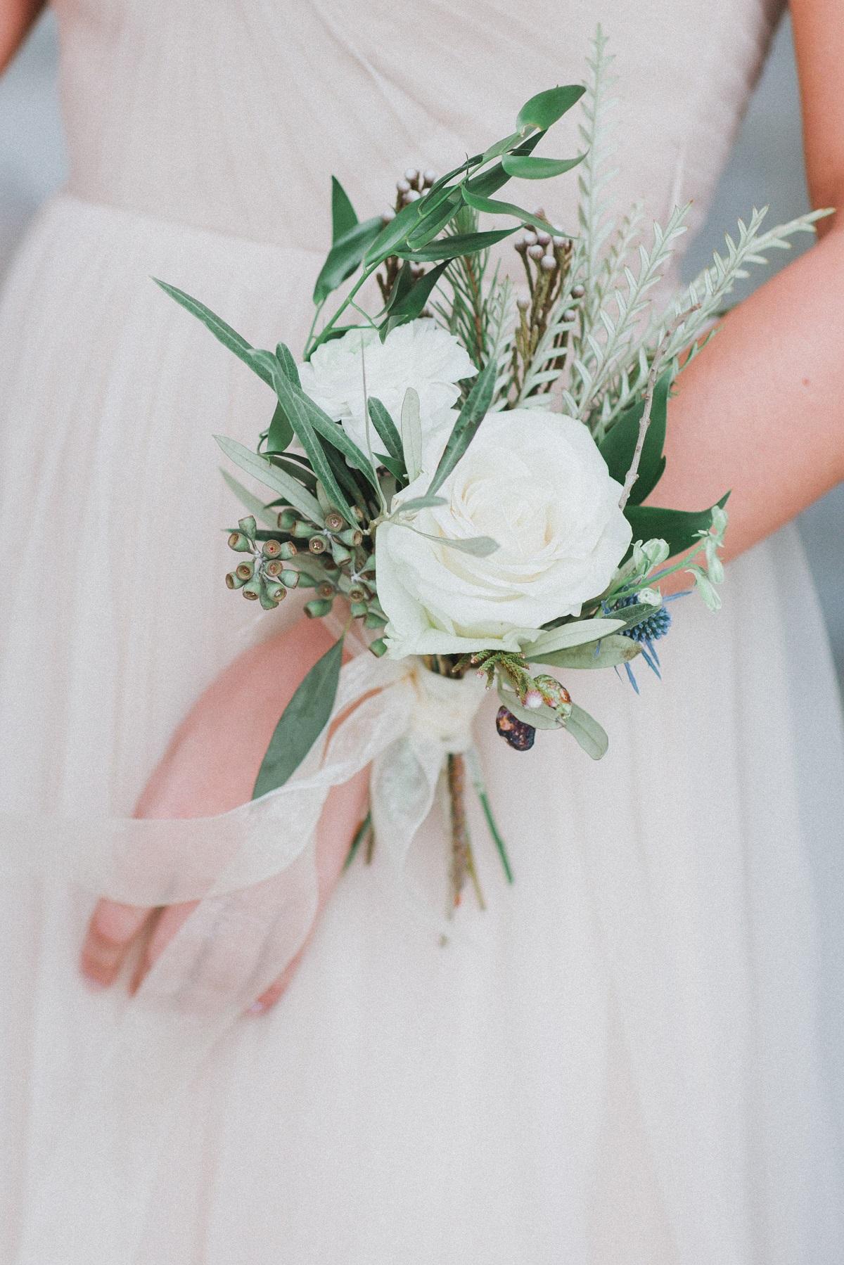 Polscorsage met witte rozen