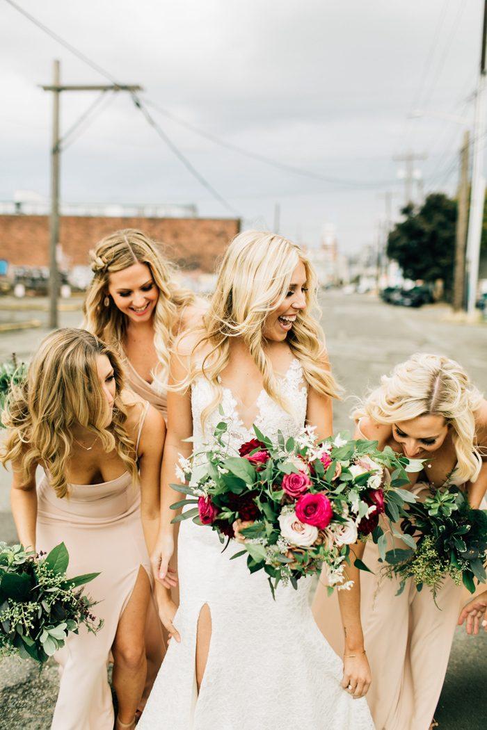 Bruid met haar ceremoniemeester en bridesmaids