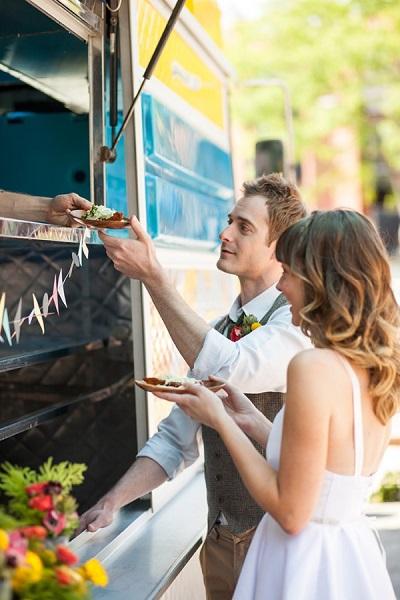 Bruidspaar bij foodtruck