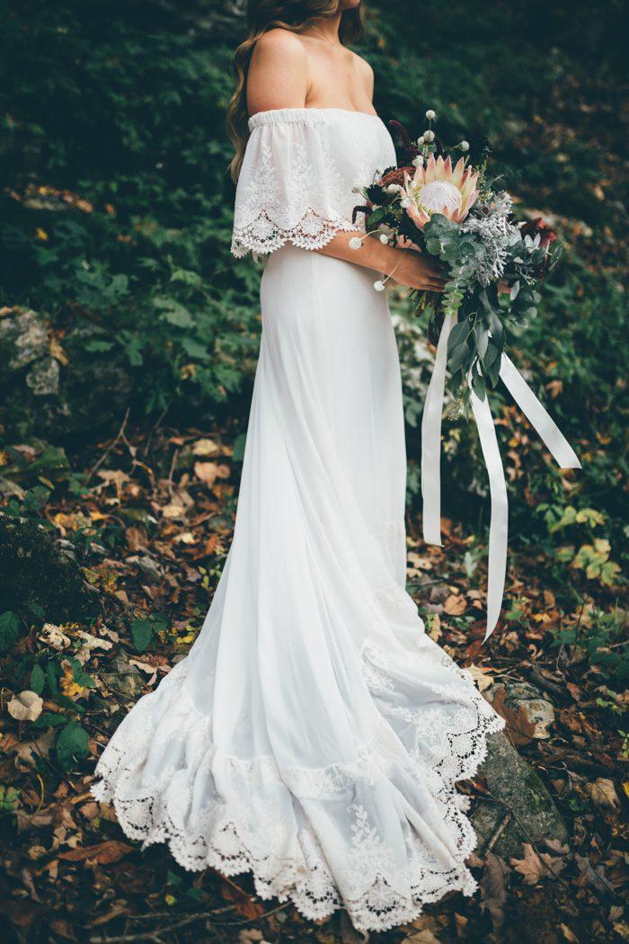 Bruid in bohemian off-shoulder trouwjurk