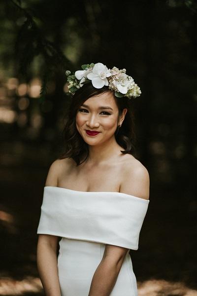 Bruid met moderne off-shoulder trouwjurk