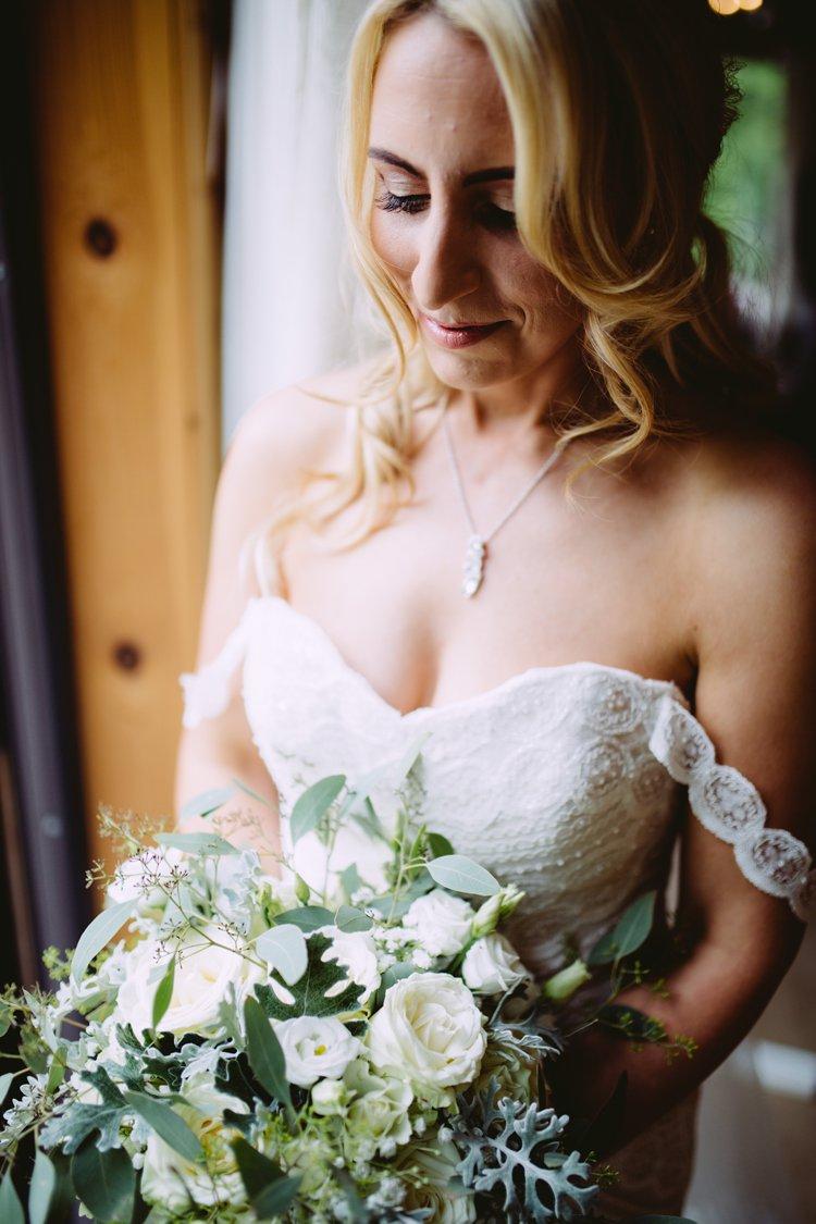 Bruid in off-shoulder trouwjurk met bandjes