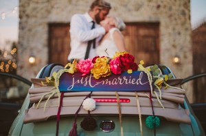 Just married auto met bruidspaar