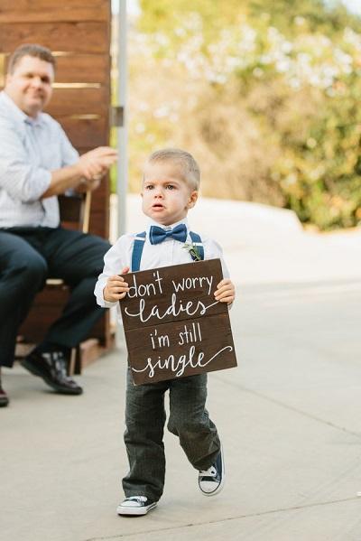 Schattig jongetje met bord