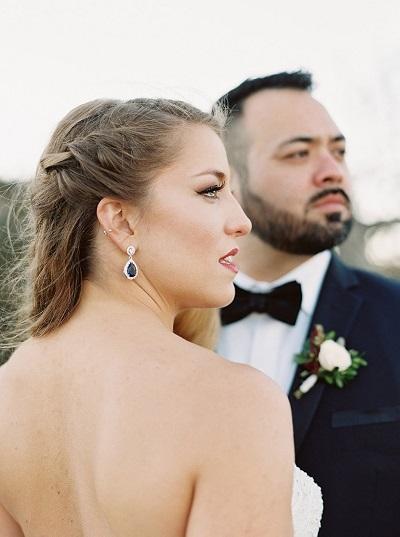 Bruid met hangende oorbellen